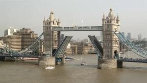 SYSaphir passiert die Tower Bridge (1)